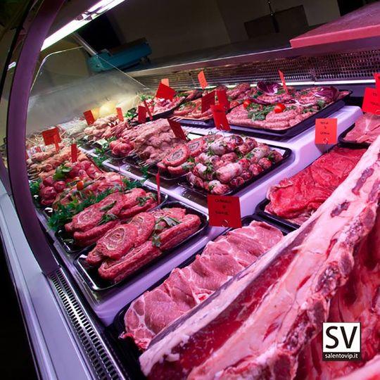 """[ IL GUSTO AUTENTICO DELLA CARNE SI SPOSA CON LA SALENTINITÀ: DA ROAST MEAT CI SI SENTE A CASA ]  Cosa significa essere un meat lover? Non si tratta semplicemente di saper apprezzare i piatti a base di #carne, ma di seguire un vero e proprio stile di vita, in cui la qualità della materia prima occupa sempre e comunque il primo posto. E poi c'è la fantasia, che fa sbizzarrire tra i mille preparati, accompagnati da ripieni classici o insoliti, da intingoli nuovi e contorni stuzzicanti. Infine, c'è il gusto per le tradizioni locali: ogni regione ha le proprie specialità e vale la pena assaggiarle tutte.  C'è un luogo nel #Salento in cui i meat lovers si sentono a casa: è il Roast Meat a Soleto, uno dei locali salentini che ha saputo interpretare con maggiore autenticità questa tendenza gastronomica in ascesa.  Il Roast Meat nasce grazie alla fusione di due elementi imprescindibili per il successo di un locale: l'esperienza nella preparazione della materia prima e la voglia di mettersi in gioco. La prima qualità è incarnata da Marco Attanasi, ultimogenito di una generazione di macellai salentini, con alle spalle 30 anni di pratica e conoscenza sul campo. La seconda è rappresentata da Marco Leo, la parte più intraprendente del Roast Meat, che ha voluto credere fino in fondo a questa scommessa che da 2 anni incanta le papille di conterranei e turisti.  E poi c'è il tocco femminile di Betty, quell'attenzione ai particolari e all'equilibrio del gusto ottenuto con grande passione artigiana: è proprio lei a creare tutti i preparati che arrivano direttamente agli oltre 200 coperti del Roast Meat.  Ed ecco le bombette, gli spiedini di pollo, i maxi hamburger di puledro – novità da quasi mezzo chilogrammo, per i veri intenditori – gli involtini di capocollo, oltre a tanti altri preparati che si trovano nella macelleria """"La bottega dei sapori"""".  Inutile dire che tutte le carni sono allevate e macellate in Italia e che i clienti possono seguire passo per passo la preparazione dell"""