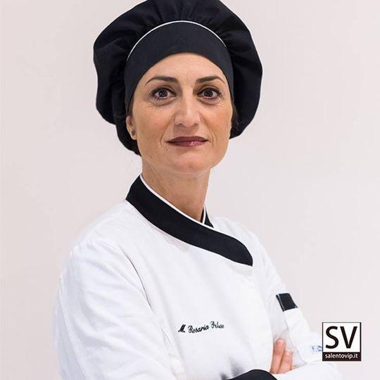 """[ LA CUCINA È TRASPARENZA E COCCOLE: ECCO LA REGOLA AUREA DELLA CHEF MARIA ROSARIA PELUSO ]  Per lei la cucina è stata una passione cresciuta e riscoperta giorno dopo giorno: oggi, Maria Rosaria Peluso, #chef del Pi Greco di Otranto, è apprezzata da tutti per la sua capacità di scegliere le materie prime, per gli accostamenti creativi tra i sapori e per quel tocco tipicamente femminile, che rivela un'eccellente cura dei dettagli.  La sua carriera è iniziata in una friggitoria a Corigliano d'Otranto, piccolo paese nel cuore della Grecia Salentina, e da allora è stato un crescendo di qualità, in cui si sono frapposti numerosi corsi culinari, quintalate di libri e ore di studio. Perché, se è vero che la cucina è una passione che si coltiva con la pratica, è anche vero che una solida base teorica permette di esprimere se stessi al meglio. Ecco che la chef idruntina ha inizialmente fatto parte dell'associazione Sapori d'Oriente, per la divulgazione dei sapori salentini in tutta Italia. Poi c'è stato l'incontro illuminante con lo chef di fama nazionale, Antonino Cannavacciuolo, nell'ambito del suo show formativo """"Pure tu vuoi fare lo chef? - La scelta"""" e, infine, lo scorso ottobre, il coronamento della conoscenza culinaria, con un corso alla prestigiosa Accademia di Gualtiero Marchesi.   La cucina italiana, per Maria Rosaria, non ha meno segreti e ora si può dedicare anima e corpo alla nuova creazione di famiglia, ovvero il ristorante Pi Greco.  A trionfare nei piatti della chef è sicuramente il pesce, ma non mancano gustose pietanze di carne. Ciò che non deve mancare mai, in ogni caso, è la trasparenza: «Mi piace divulgare la tradizione culinaria salentina esaltando i sapori della materia prima: il cliente deve riconoscere perfettamente ogni elemento nel piatto», ecco la regola aurea della chef Maria Rosaria, per la quale la cucina è un'esperienza quasi intimistica. Dare tanto a ciascun cliente, non risparmiando energie, attenzioni e cura dell'esperienza culinaria dall'a"""